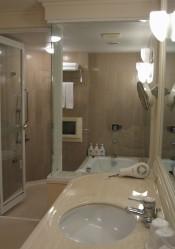 バスルームは広い上にテレビ付き。シャワーカーテンではなくガラス張りで思いっきりシャワーも浴びれる