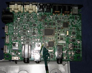 UA4-FXの基盤。普通のサウンドカードと比べても集積度や部品の数は多い。