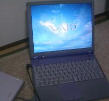 Z505です。1スピンドルで軽量。VAIOといえばやはりこの色でしょう。
